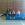 Lydia Gregory sentada con tres niñas sonrientes, en una colchoneta azul del gimnasio del colegio.